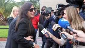 Concha Azuara y la presentadora Anne Igartiburu durante el tanatorio de Sebastián Palomo Linares en Tres Cantos .