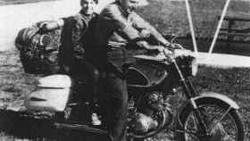 Robert Pirsig con su hijo, en la moto en la que viajaron antes de escribir el libro.
