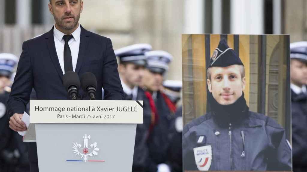 Etienne Cardiles, compañero del policía asesinado en París, Xavier Jugelé, durante su homenaje.
