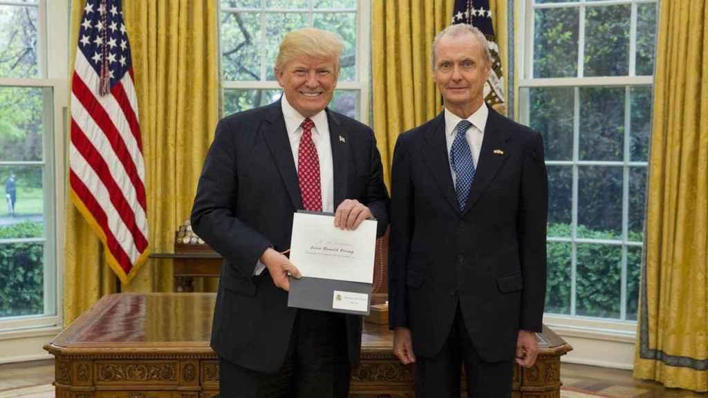 Donald Trump y Pedro Morenés recogiendo sus credenciales de embajador en el Despacho Oval