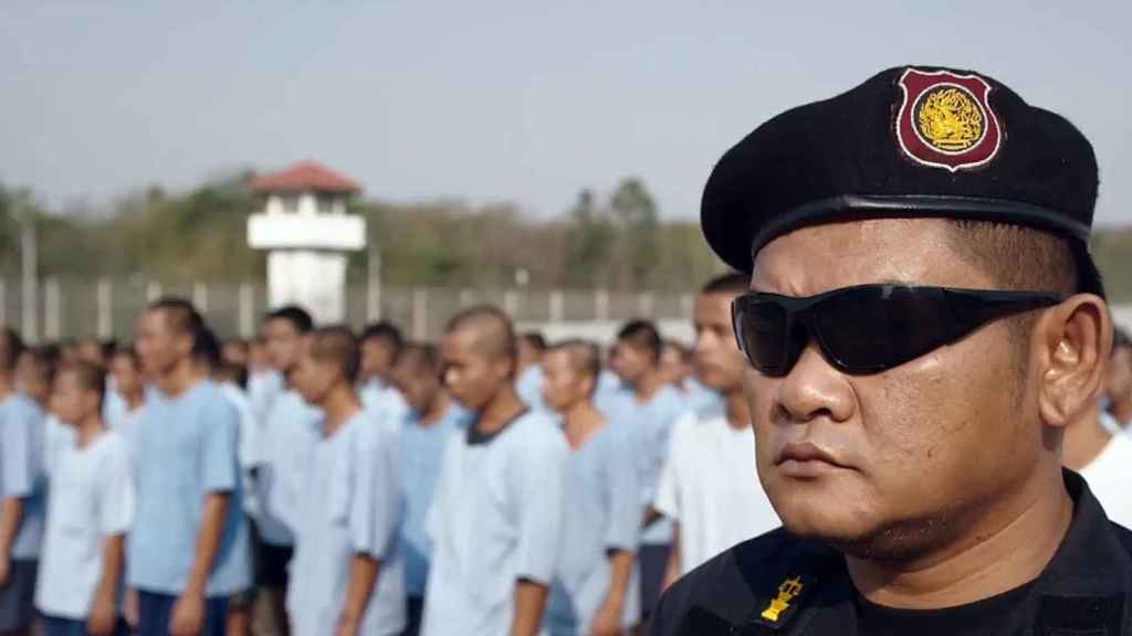 Un militar vigila a los presos antes del comienzo de los entrenamientos.