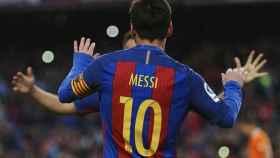 Messi celebra un gol junto a Arda Turan.