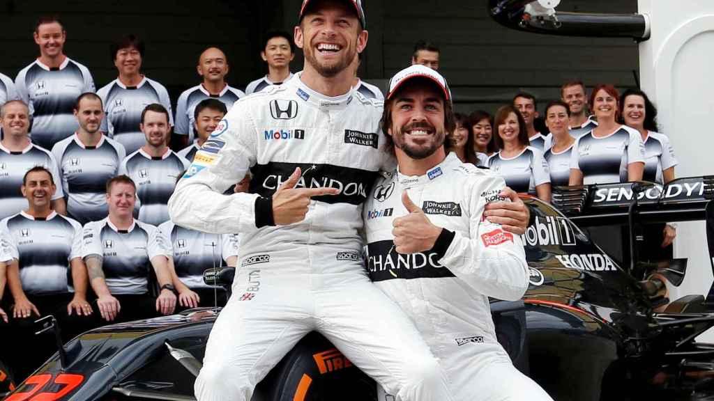 Fernando Alonso, junto a Jenson Button, quien le sustituirá en Mónaco.