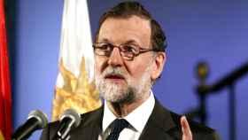 Rajoy asiste a una recepción en la embajada de España en Uruguay.