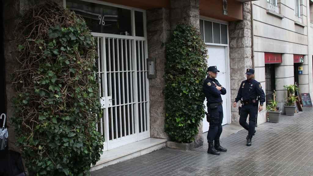 Policías vigilan la entrada del edificio donde se encuentra la vivienda de los Pujol