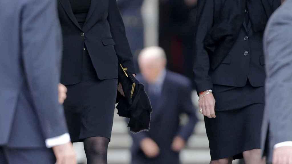 La infanta Cristina junto a su hermana en el funeral de Carlos de Borbón Dos Sicilias.