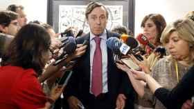 El portavoz parlamentario popular, Rafael Hernando, atiende a los medios