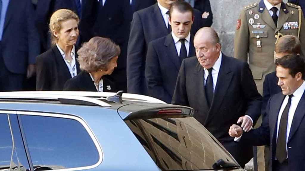 Los reyes eméritos llegan al funeral ante la atenta mirada de la infanta Elena.
