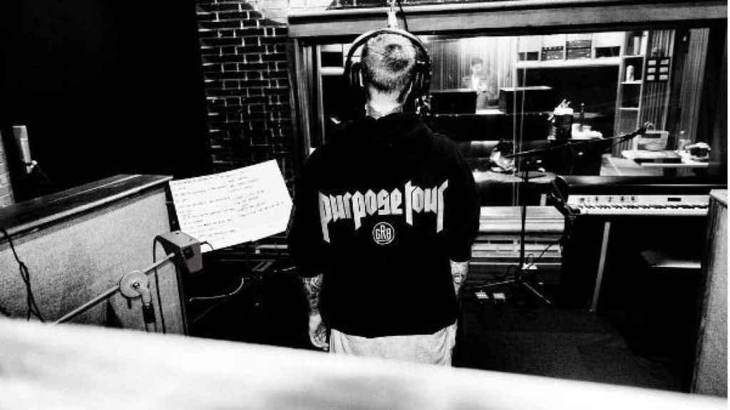 Esta es la foto que colgó Justin Bieber en el estudio con Samper al fondo de la imagen.