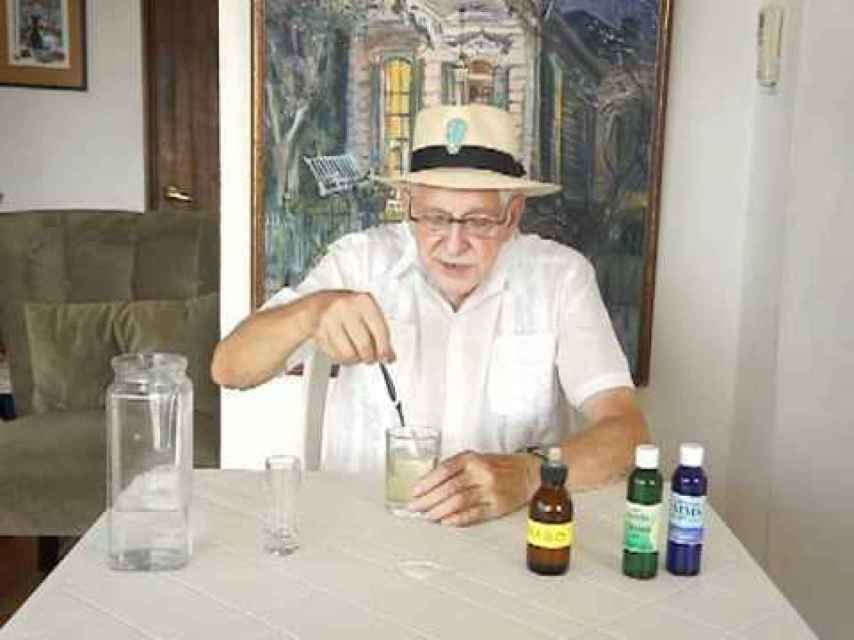 Jim Humble, el embaucador de la infusión, enseñando cómo preparar el MMS en su página web.