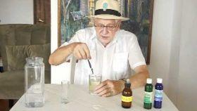Josep Pàmies, el embaucador de la infusión, enseñando cómo preparar el MMS en su página web.