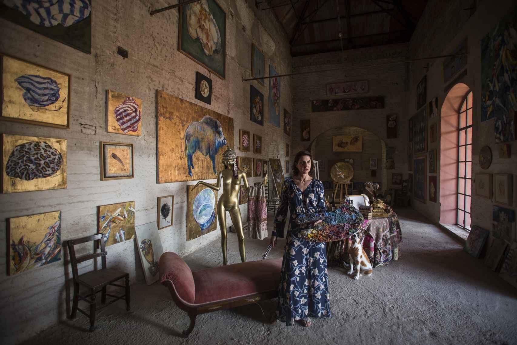 Cristina Ybarra, en su estudio de pintura ubicado en el interior del palacio de Portocarrero, en Palma del Río (Córdoba).