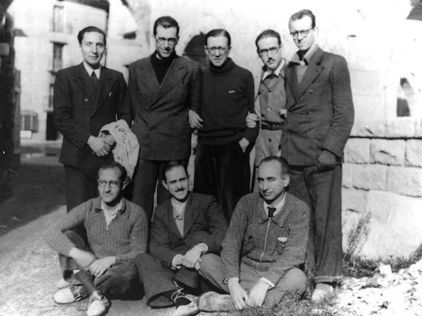 De pie en el centro de la imagen, Escrivá de Balaguer. Abajo a la derecha, José María Albareda, fundador del CSIC. A su lado, el arquitecto Miguel Fisac, autor de varios edificios del CSIC, y el cirujano Juan Jiménez Vargas, miembro del Instituto Ramón y Cajal.