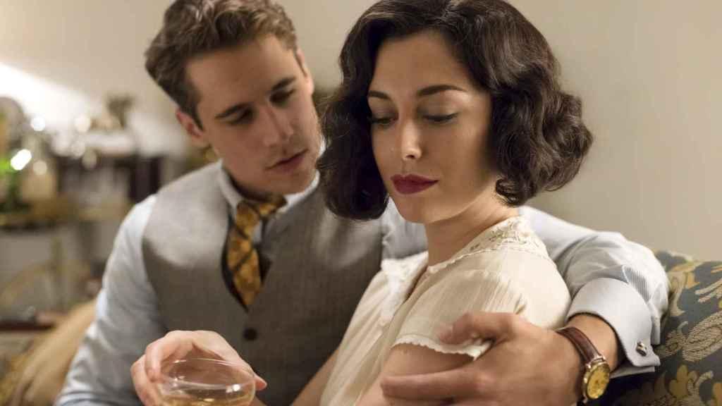 Lidia Aguilar (Blanca Suárez) con Carlos Cifuentes (Martiño Rivas) en una de las escenas de la serie. | Foto: Manuel Fernández-Valdés, Netflix.