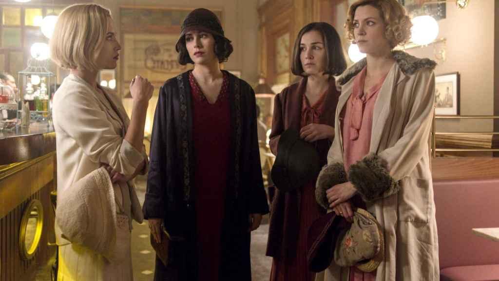 Carlota (Ana Fernández), Lidia (Blanca Suárez), Marga (Nadia de Santiago) y Ángeles (Maggie Civantos). | Foto: Manuel Fernández-Valdés, Netflix.