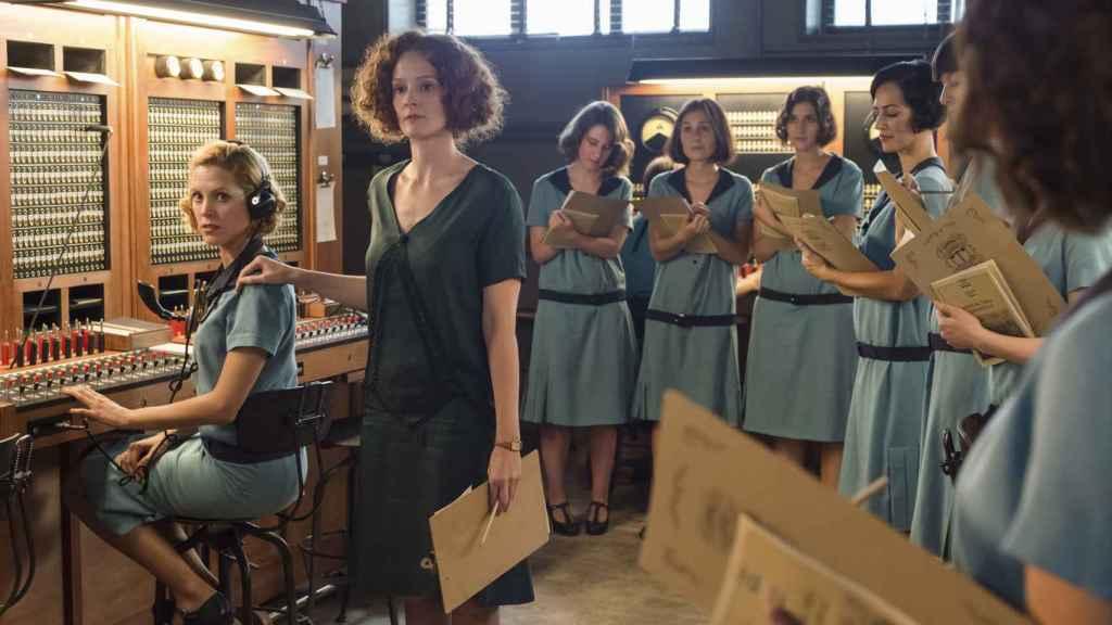 Una de las escenas de las chicas en la oficina de telefonía. | Imagen: Manuel Fernández-Valdés, Netflix.