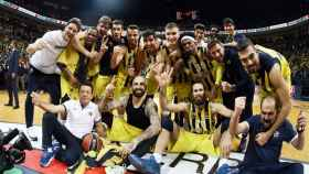 La plantilla del Fenerbahçe celebrando el pase a la Final Four.