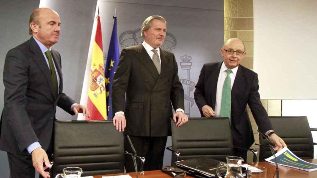 Los ministros Luis de Guindos (Economía), Íñigo Méndez de Vigo (Cultura y portavoz) y Cristóbal Montoro (Hacienda)