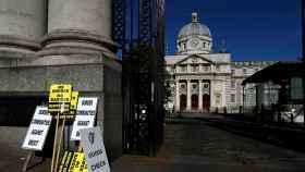 Carteles de protesta contra el 'brexit' ante un edificio del gobierno en Dublin.