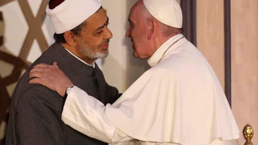 El papa Francisco durante su encuentro con el gran imam de Egipto