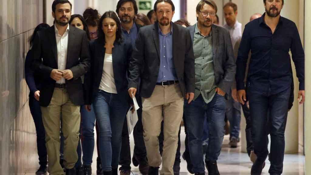 Pablo Iglesias rodeado de sus colaboradores a punto de anunciar una moción de censura.