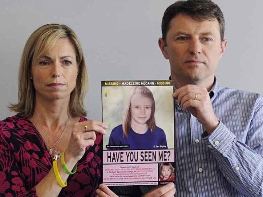 Kate y Gerry McCann junto a una imagen de su pequeña.