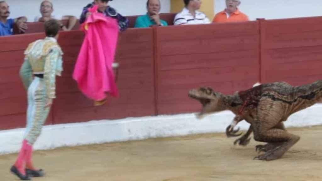 El velocirraptor desafía al matador después de un par de banderillas