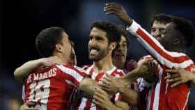 Raúl García celebra uno de sus goles con los compañeros.