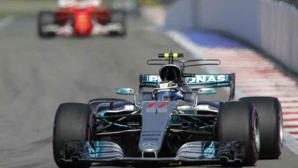 Bottas, liderando la carrera con Vettel al fondo.
