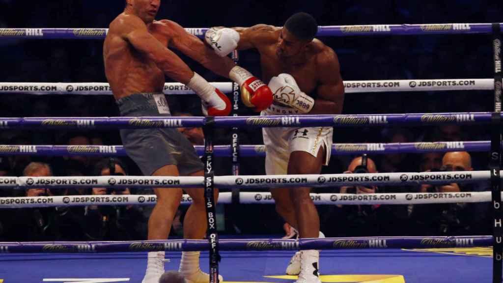Momento del combate en el que Joshua ataca a su rival.