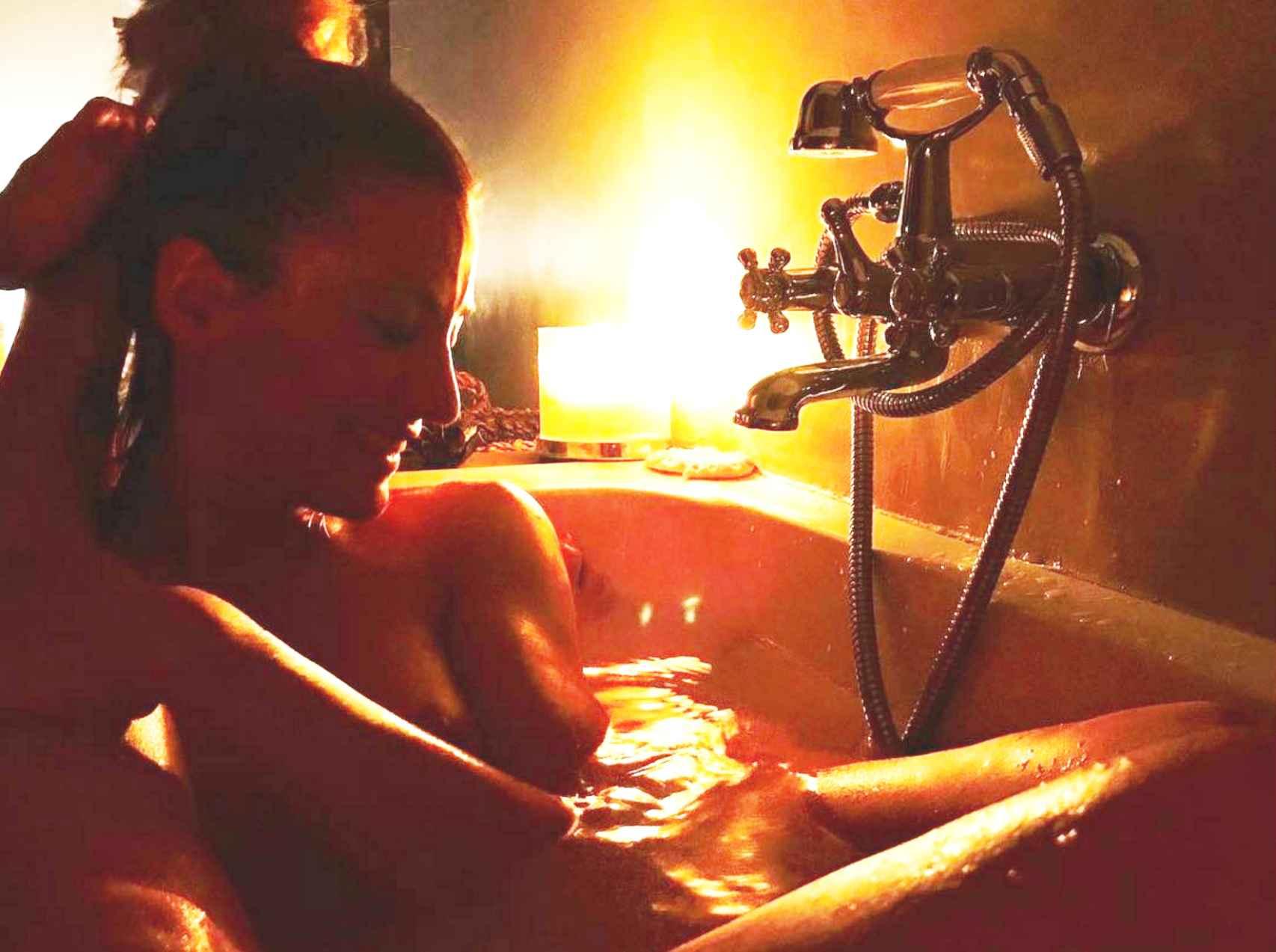 Nagore Robles, en el interior de la bañera acompañada de Sandra Barneda.