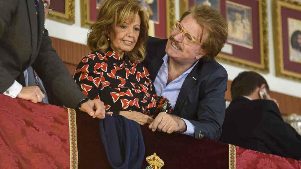 Edmundo mira embelesado a María Teresa Campos.