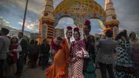 Muchas personas eligen la portada de la Feria como punto de encuentro con familiares y amigos.