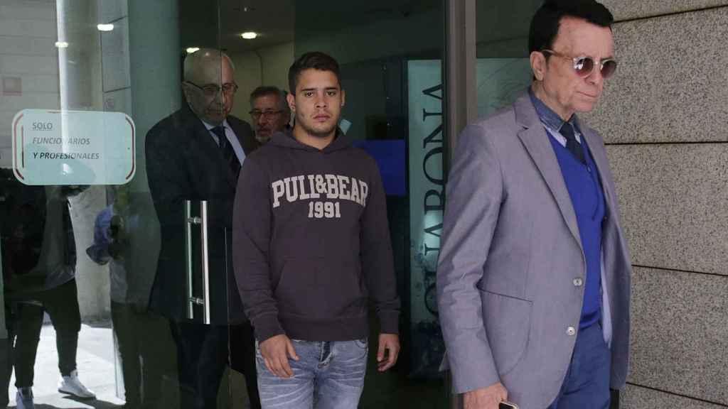 José Fernando junto a su padre, saliendo del juicio por agredir a un policía en Madrid hace una semana.