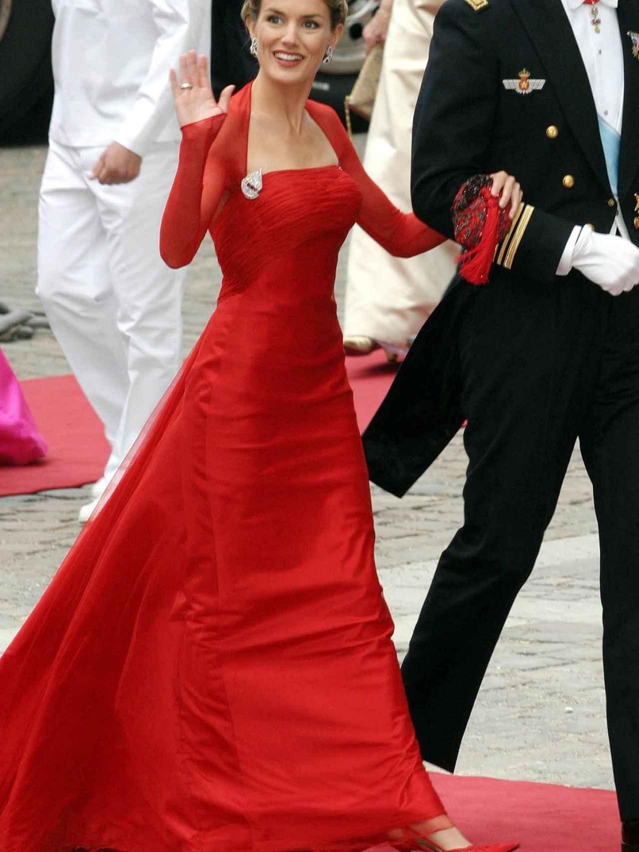La entonces prometida del príncipe Felipe debutó en Europa con este diseño de Caprile.