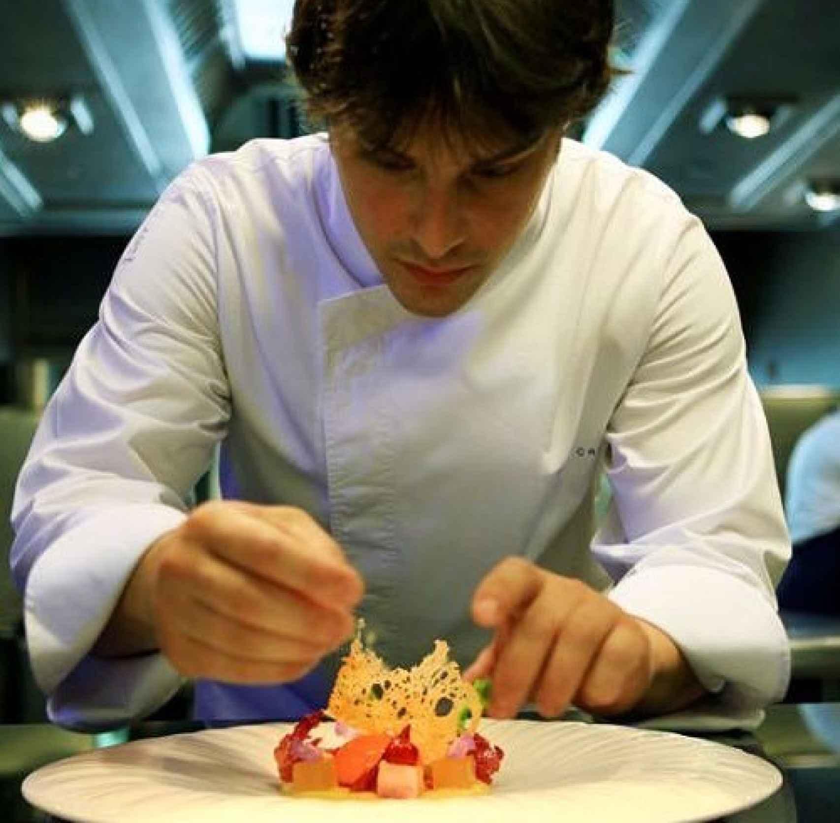Jordi Cruz elaborando un plato.