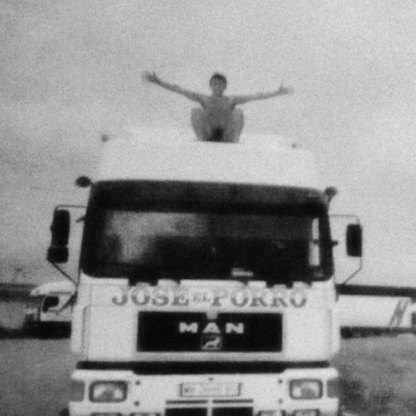 Un joven Juan Carlos en uno de los camiones con los que trabajaba.