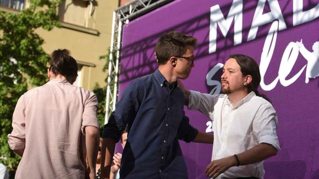 Íñigo Errejón y Pablo Iglesias se abrazan durante el acto 'Madrid se levanta'.