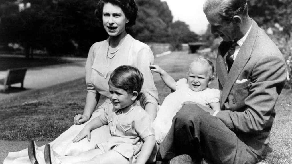 Isabel II y Felipe de Edimburgo tuvieron cuatro hijos. En la imagen, con Carlos y Ana.