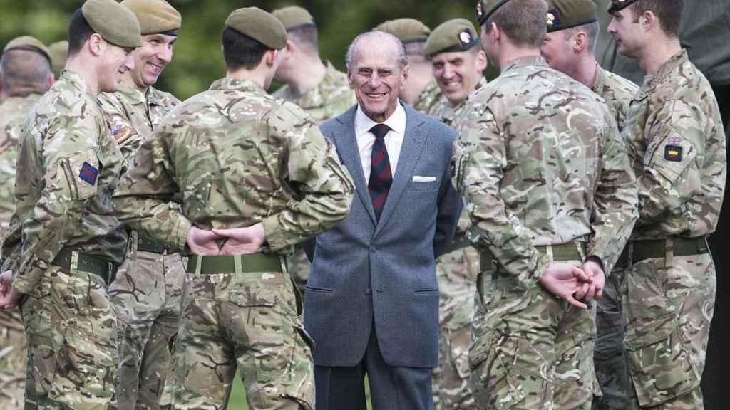 El duque de Edimburgo con los soldados.