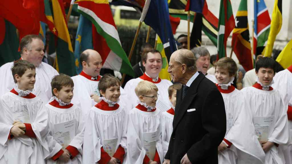 Felipe de Edimburgo charla con unos niños del coro.