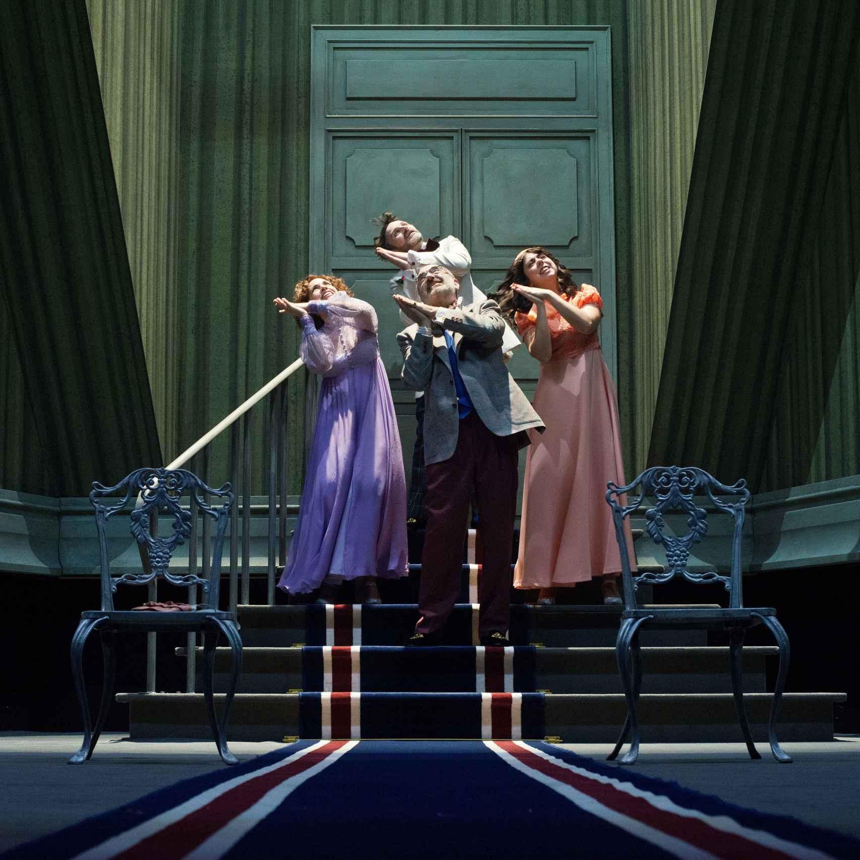 Escena de La cantante calva, en Teatro Español.