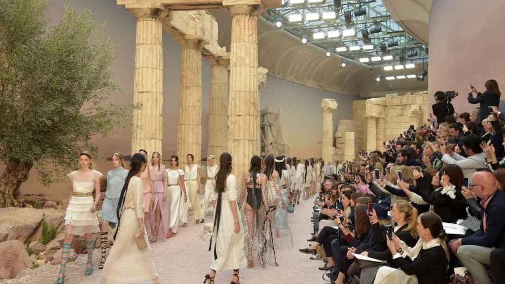 Lagerlfed recreó las ruinas del Partenón para presentar su desfile Cruise 2018. |Foto: Getty Images.