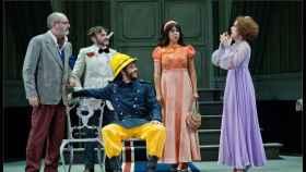 Escena de La cantante calva, en el Teatro Español.