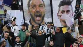 Un aficionado de la Juve con una pancarta de Higuaín en Mónaco.