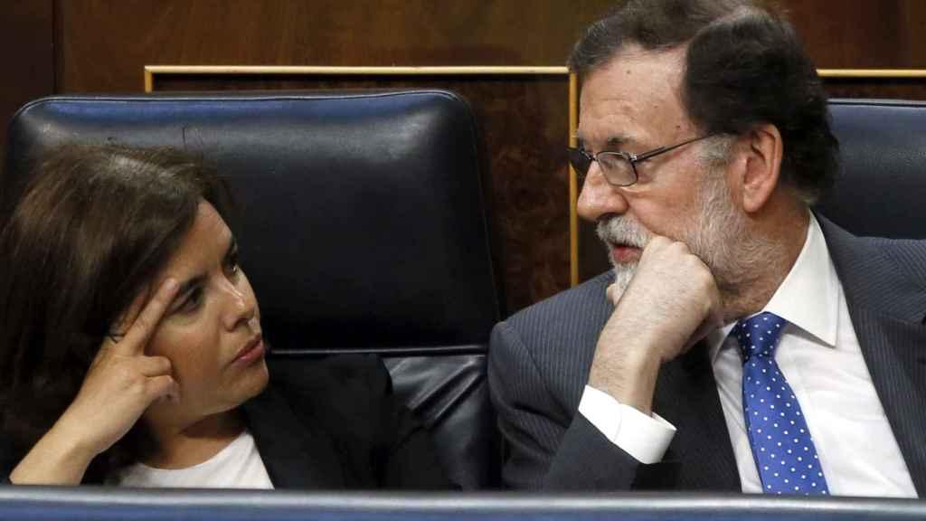Soraya Sáenz de Santamaría y Mariano Rajoy durante el pleno del Congreso.
