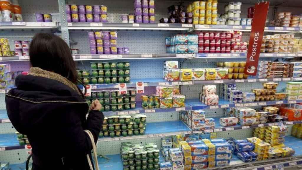 Una mujer frente a un lineal de supermercado, en una imagen de archivo.