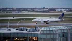 Un avión se desplaza por el aeropuerto O'Hare de Chicago (EEUU).
