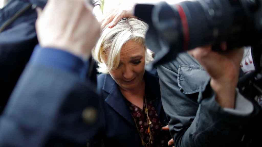 Le Pen, rodeada de guardaespaldas en el acto en la Bretaña