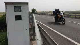 Una moto pasa por delante del temido radar de la N-IV a primera hora de este jueves.
